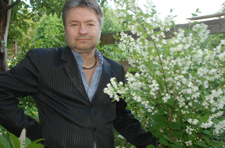 мужчина возле жасминового кустарника